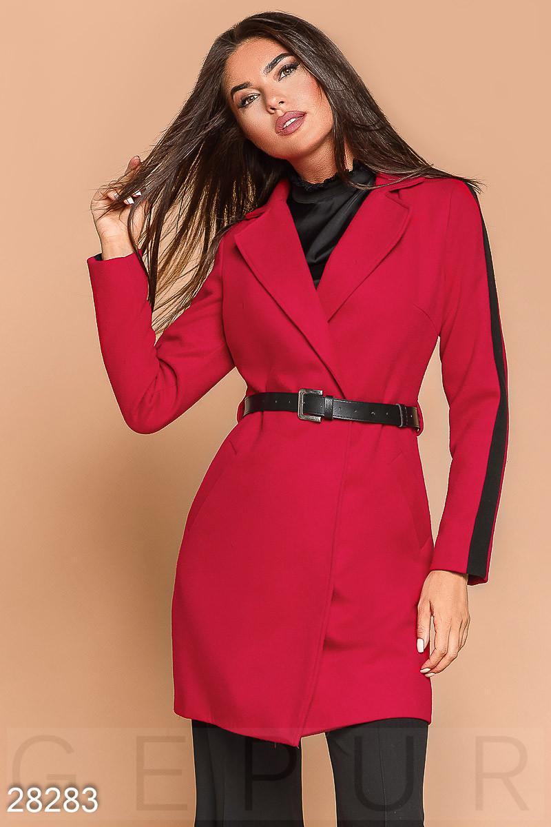 Короткое красное двухцветное пальто с ремнем