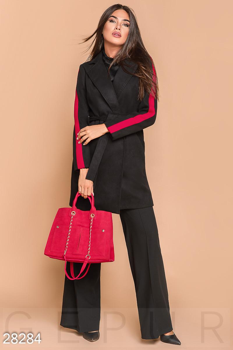 Короткое черное двухцветное пальто с ремнем