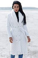 Стеганное пальто белого цвета с воротником из эко-меха