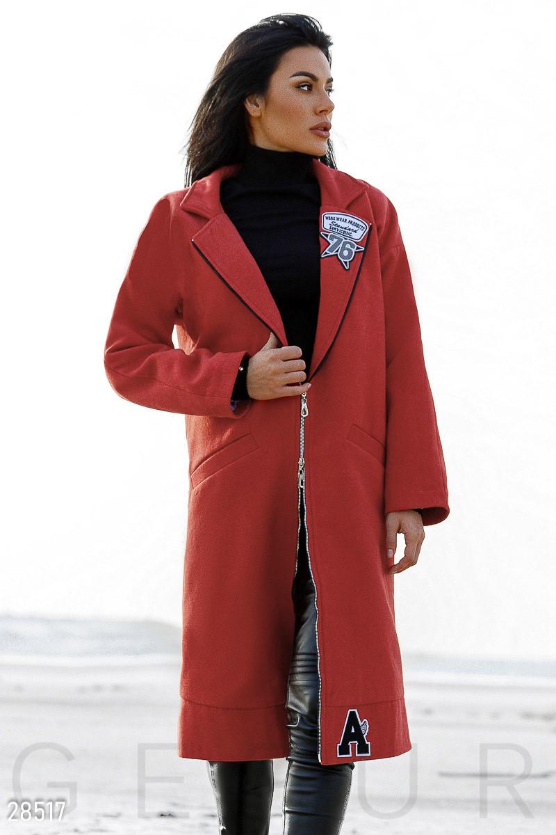 Стильное кашемировое пальто алого цвета с нашивками