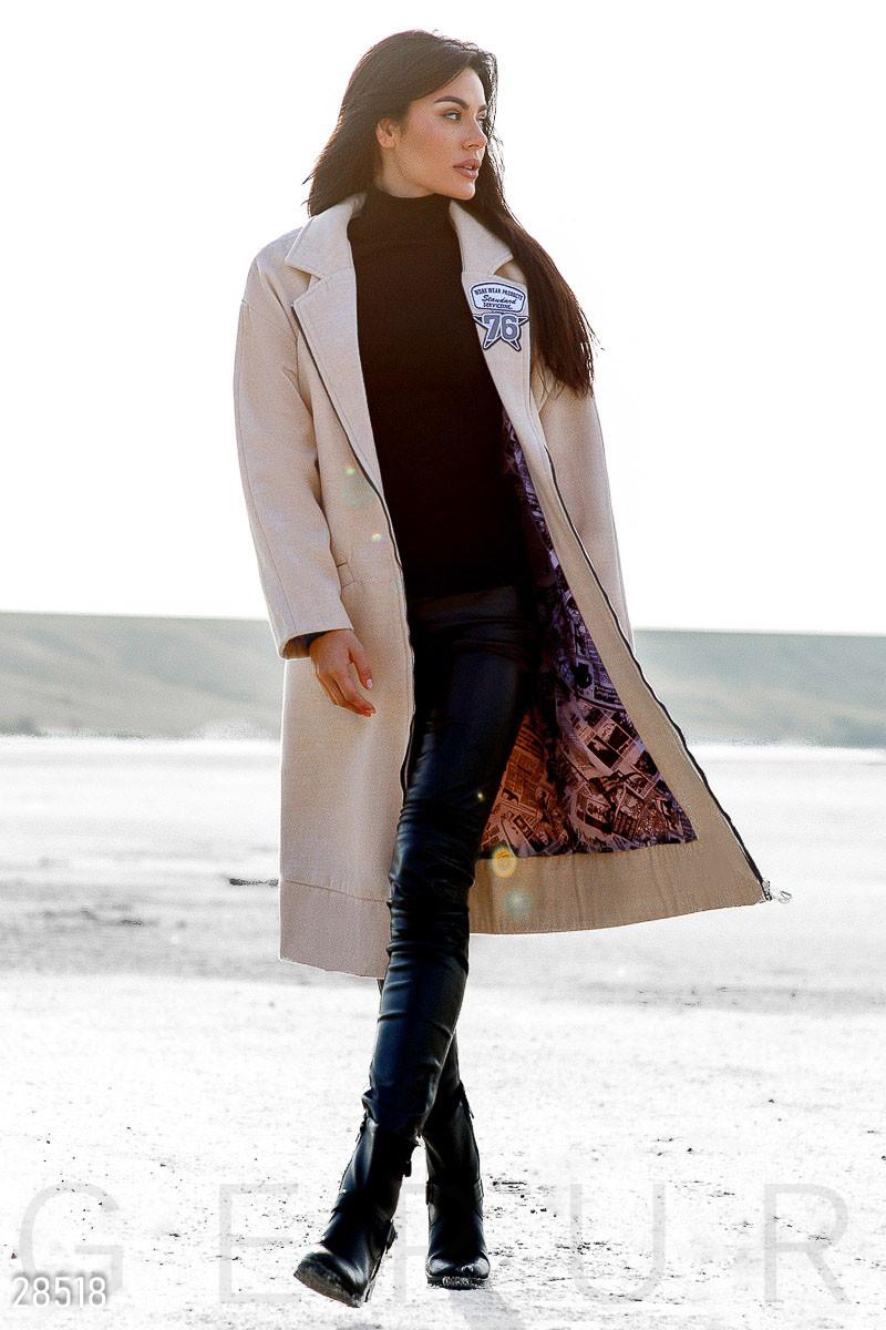 Стильное кашемировое пальто бежевого цвета с нашивками