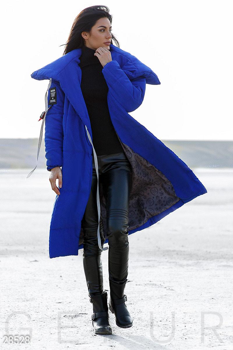 Яркое пальто-одеяло с контрастными нашивками