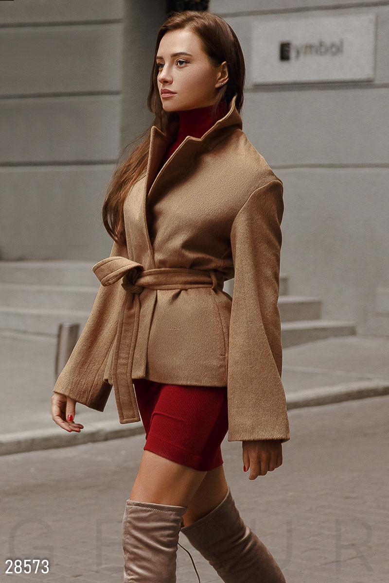 Стильное короткое пальто коричневого цвета с поясом
