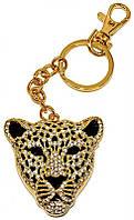 Брелок цвета позолоты с россыпью белых фианитов. Леопард диаметром 5 см. Длина цепочки с карабином 11 см.