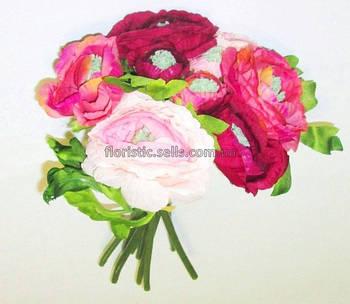 Букет бордово-розовых ранункулюсов