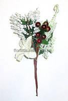 Пуансетия белая с ягодами