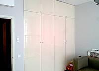 Шкаф с распашными фасадами из крашеного МДФ в детской комнате