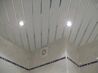 Реечный подвесной алюминиевый потолок: белый с зеркальной хромовой вставкой