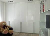 Большой белый распашной шкаф с ручками на заказ