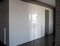 Угловой шкаф с распашными фасадами в прихожей, фото 1