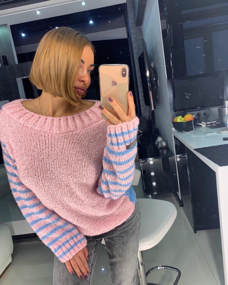 Розовый свитер с полосатыми рукавами