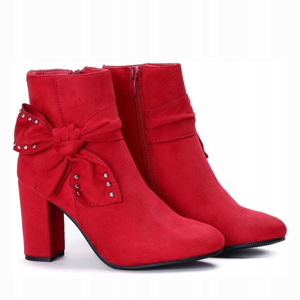 Красивые и стильные ботинки красного цвета