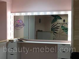 Широкий стол для макияжа с лампами и навесным зеркалом