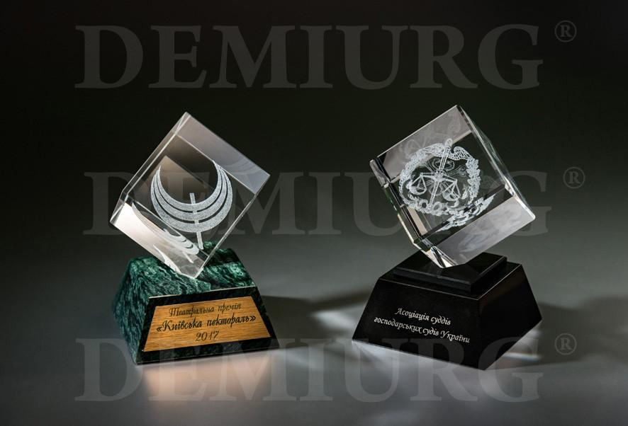 Наградные статуэтки из стекла кубической формы с лазерной 3D гравировкой