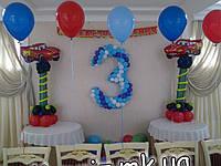 Тройка с тачками на колоннах из шаров