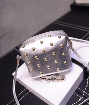 Женская сумочка маленькая серебристая с заклепками