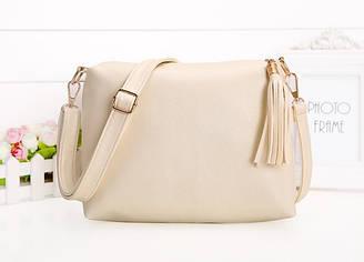 Женская сумка белая с кисточкой из экокожи через плечо