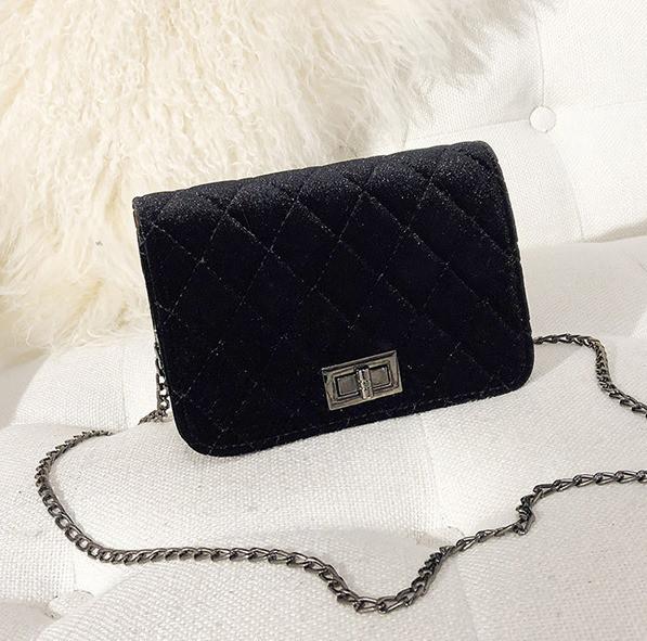 Женская маленькая сумочка бархатная с цепочкой черная
