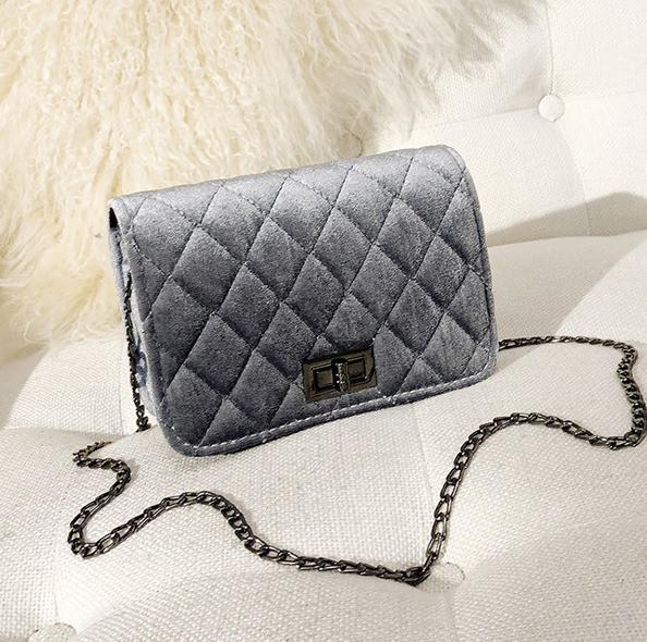 Женская маленькая сумочка бархатная с цепочкой серая
