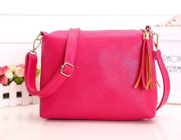 Женская сумка розовая с кисточкой из экокожи через плечо