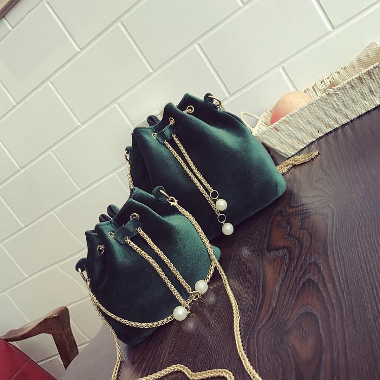 Женская сумочка маленькая бархатная зеленая мешочек на завязках