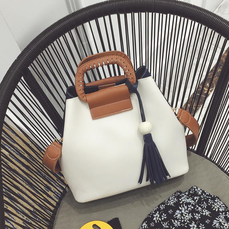 Женская сумка двухцветная черно-белая с кисточкой и коричневым ремешком из экокожи опт