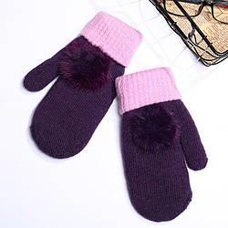 Зимние варежки женские с помпоном фиолетовые