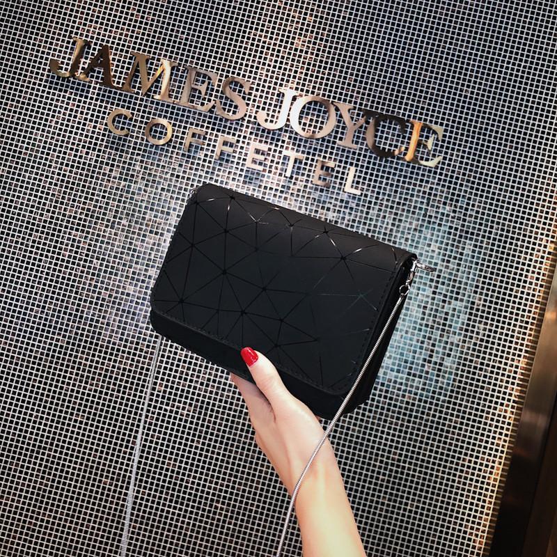 Маленькая черная сумочка с ремешком-цепочкой