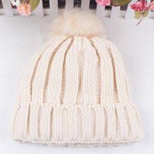 Зимняя женская шапка с большим помпоном однотонная бежевая