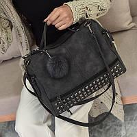 Женская сумка с заклепками и меховым брелком темно серая (графит), фото 1