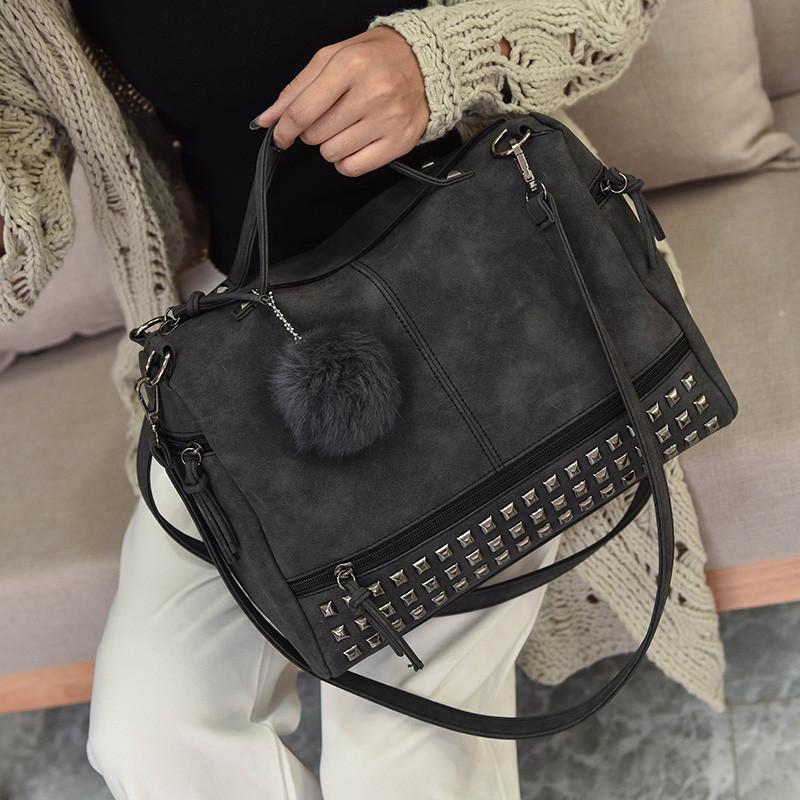 Женская сумка с заклепками и меховым брелком темно серая (графит)