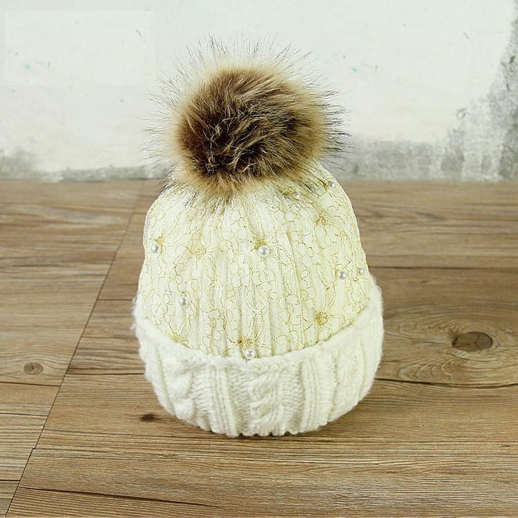 Женская шапка белая с помпоном и бусинками опт