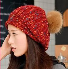 Женская шапка красная с большим коричневым помпоном опт