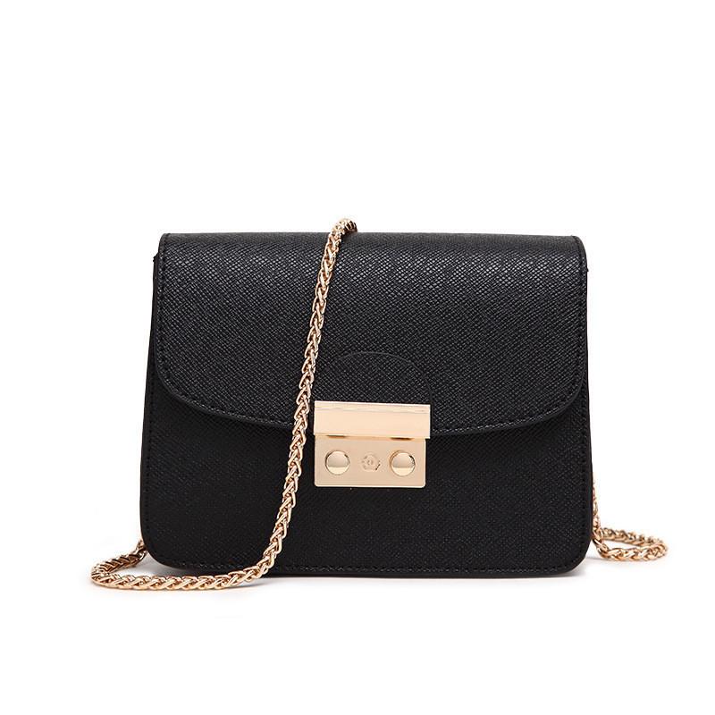Маленькая черная сумочка на цепочке