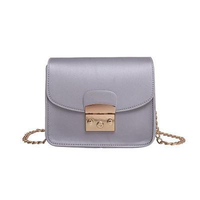 Женская сумочка на цепочке серебристая