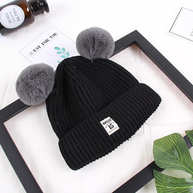 Зимняя детская шапка с помпончиками черная