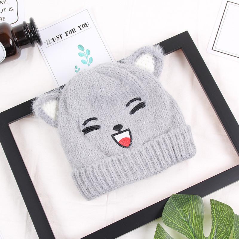 Зимняя шапочка для девочки с рисунком и ушками серая