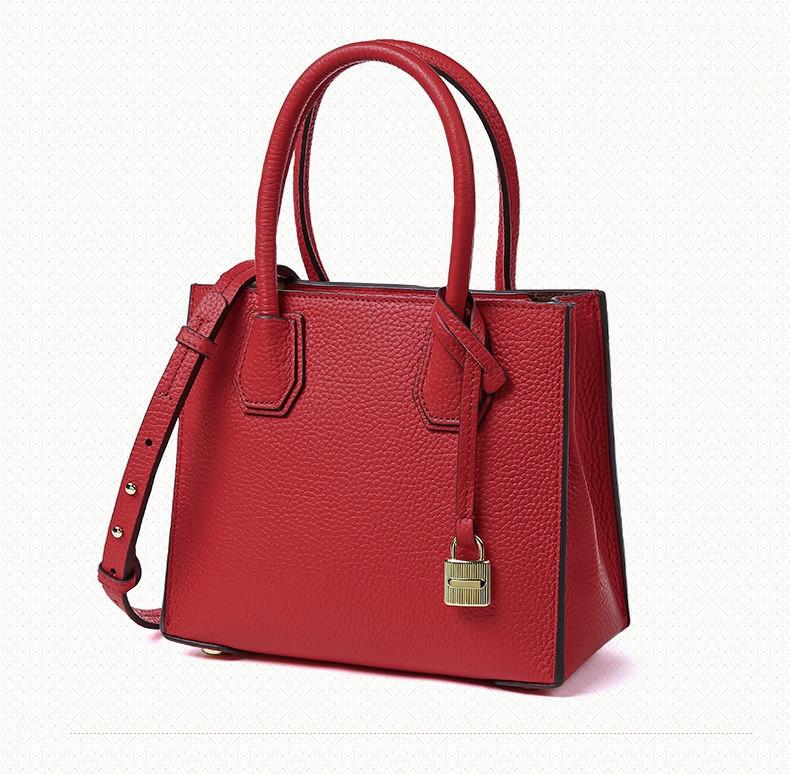 Женская кожаная сумка с брелком красная