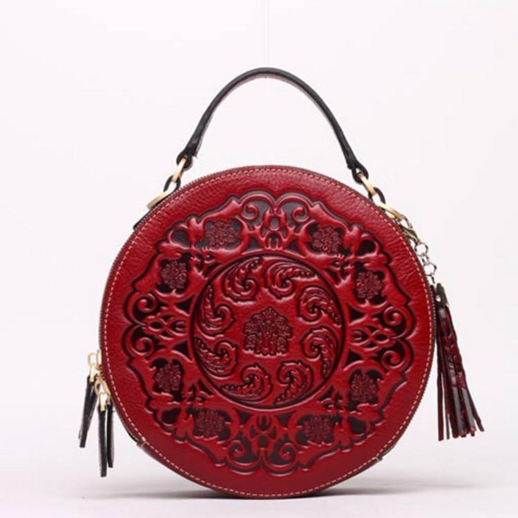 Женская круглая сумка кросс-боди кожаная с кисточкой и длинным плечевым ремешком красная