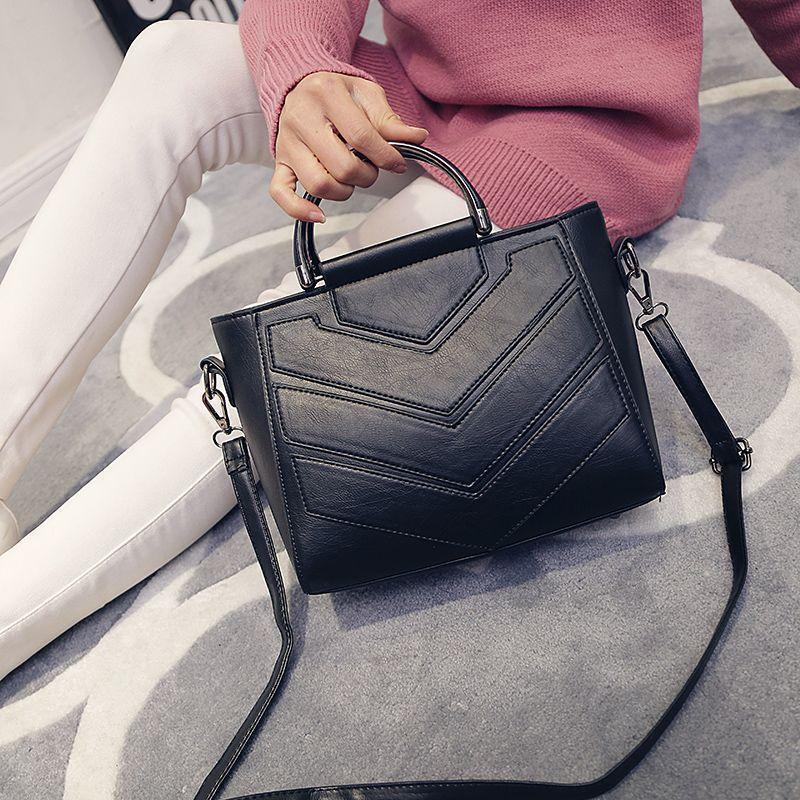Женская сумка с ручками и ремешком черная