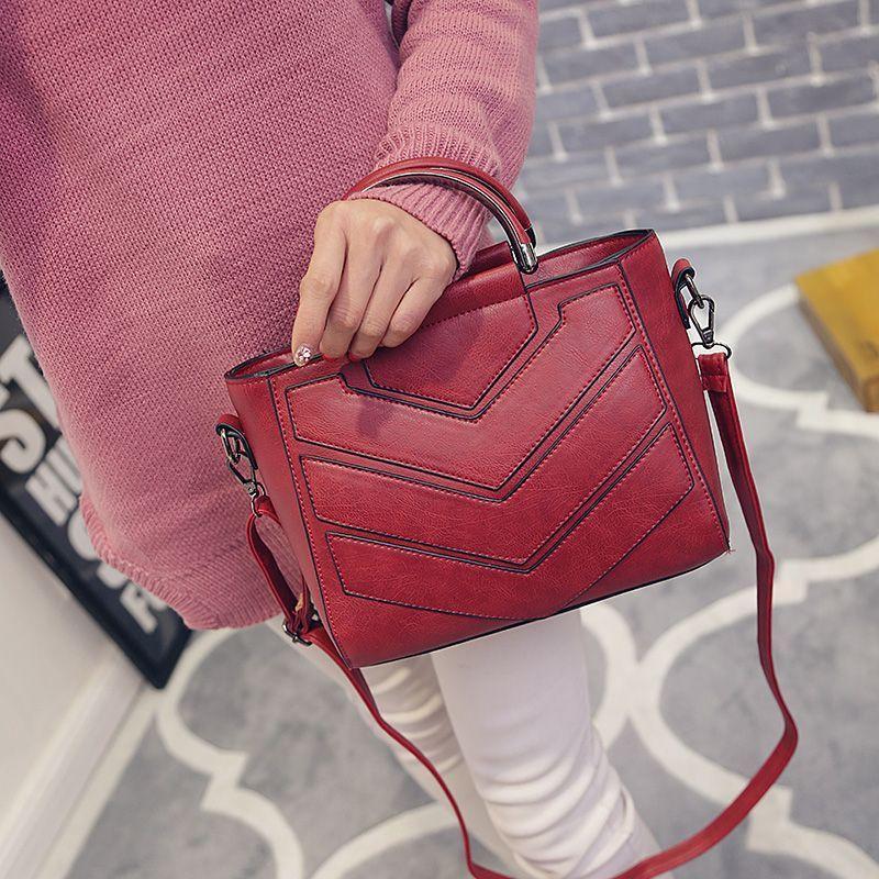 Женская сумка с ручками и ремешком красная