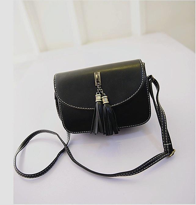 Женская маленькая сумочка с кисточками черная из экокожи