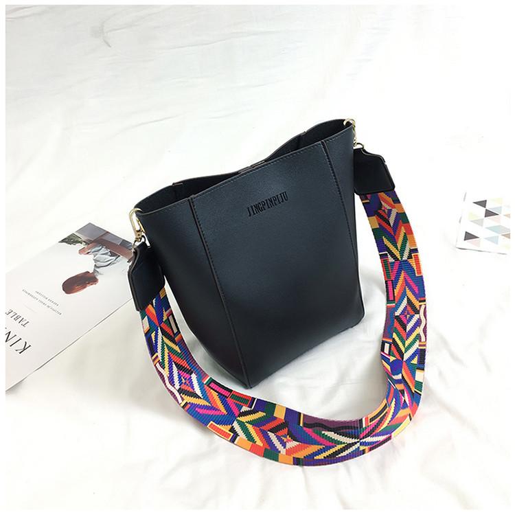 Женская сумка черная с цветным плечевым ремешком экокожа