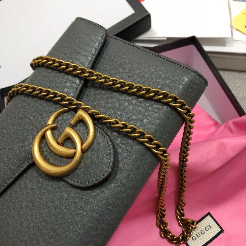 Женская кожаная сумка клатч Gucci на цепочке с эмблемой бренда ... 3bea63b1bd34f