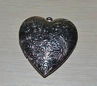 Фото медальон в форме сердца.