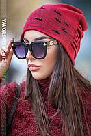 Женская шапка с бусинками бордовая