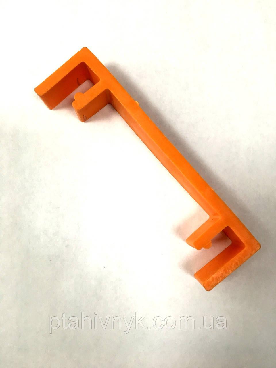 Пристрій для закріплення кошиків при транспортуванні курчат