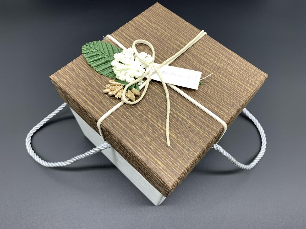 Коробка подарункова з квіточкою і ручками. Колір коричневий. 13х13х13см.