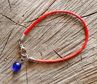 9080712 Браслет из красной нити с камнем Кошачий глаз (синий) нить