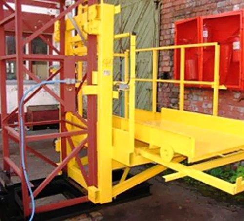 Строительный подъемник-подъёмники мачтовый секционный  г/п-1000 кг. с выкатным лотком. Высота подъёма, м 55